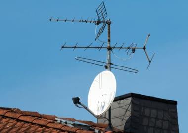 Satellitenschüssel und alte Antenne