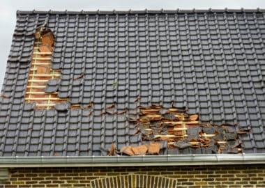 Dach mit einem Sturmschaden